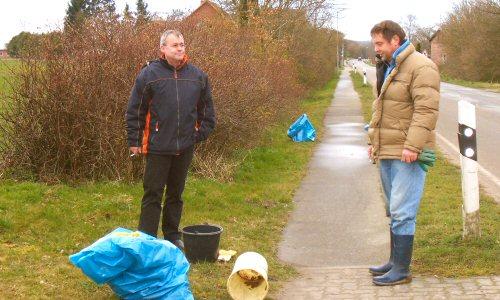 Frühjahrsputz in Rethwisch - Steffen Kühn und Joachim Wahl bei einer Pause